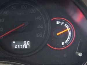 エンジンが停止状態でも走行距離と燃料の残量を表示させる